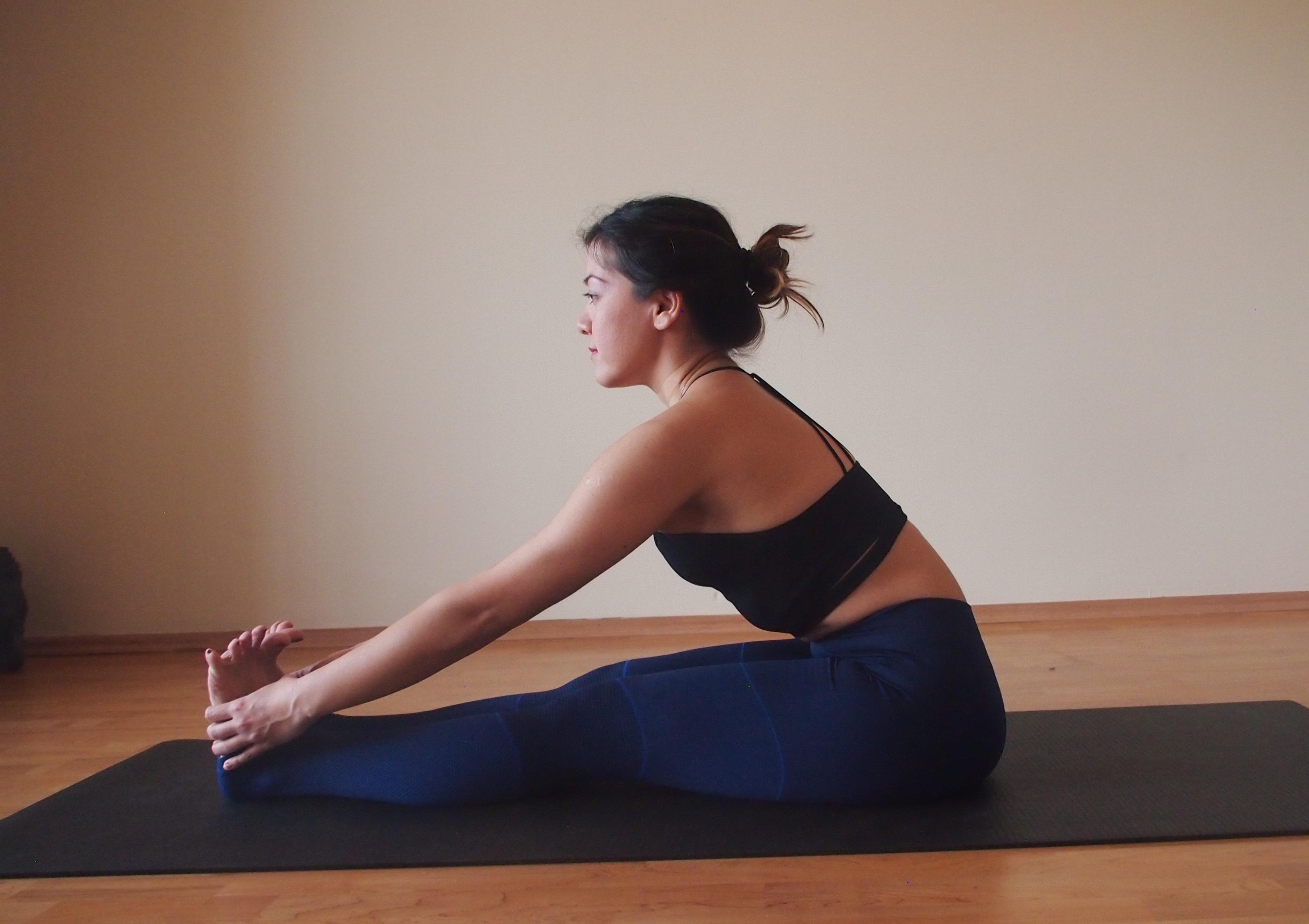 Yoga mat üzerinde otururken ayak dokunmak germe ile ilgili görsel sonucu